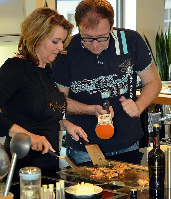 Interview mit Radiosender während einer Kochshow