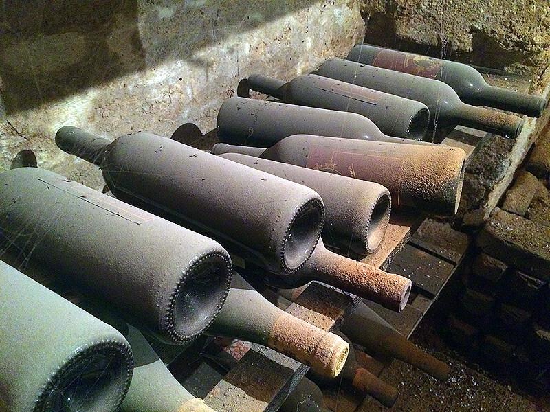 Alte Weinflaschen im Weinkeller der Kochgräfin