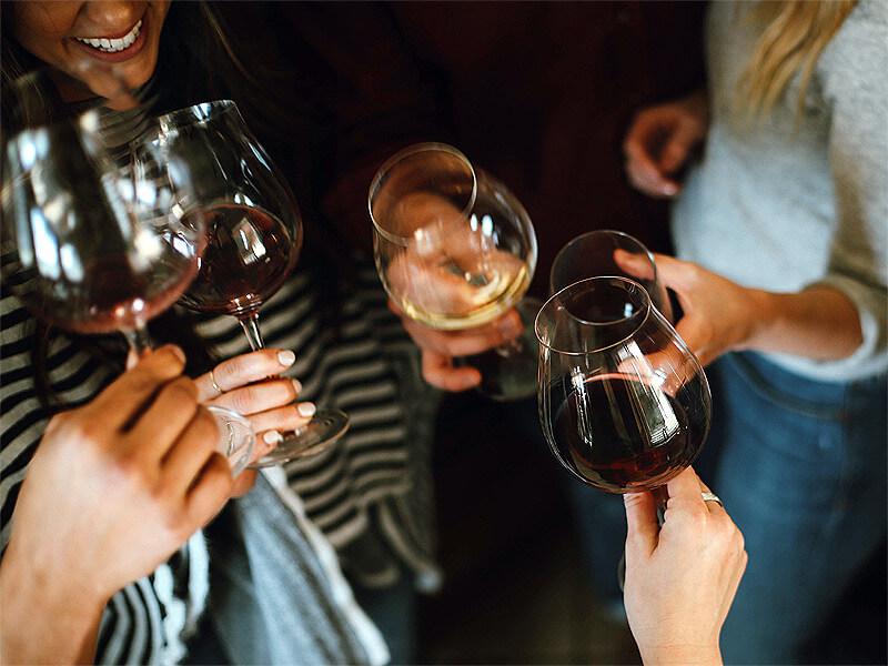 Gruppe trinkt Wein